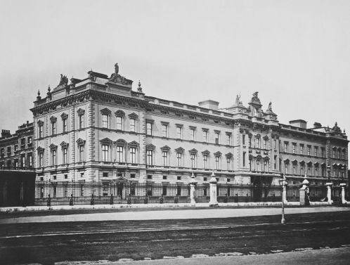 Buckingham Palace, 1873 - Diferenças da atual são nítidas (Crédito: Hills & Saunders/Royal Collection)
