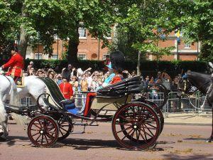 Rainha Elizabeth II e Principe Phillip em um Phaeton no Trooping the Color