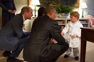 Outra área da sala, com Obama conversando com Baby George