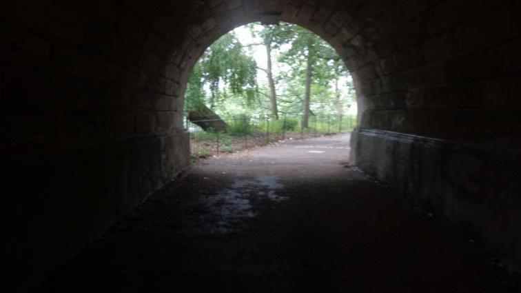 O túnel da ponte que leva para o Kensington Gardens