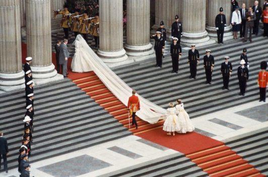Lady Diana Spencer chegando à igreja